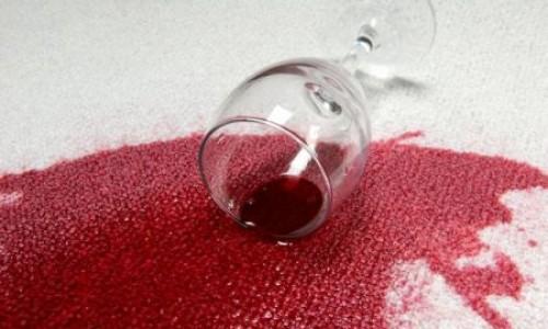 Kako ukloniti mrlju od crnog vina?