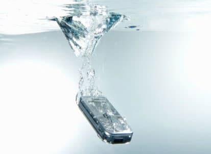 kako-spasiti-mobitel-koji-je-pao-u-vodu