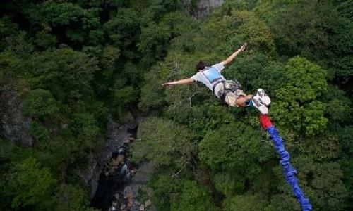 """<h2><a href=""""http://e-kako.geek.hr/drustvo/kako-je-nastao-bungee-jumping/"""">Kako je nastao bungee jumping?<a href='http://e-kako.geek.hr/drustvo/kako-je-nastao-bungee-jumping/#comments' class='comments-small'>(0)</a></a></h2>Riječ bungee na engleskom narječju koristi se na zapadu kao izraz, odnosno sleng za gumicu ili za elastični pojas - tkaninu pokrivenu gumenim kablom s kukama na krajevima (bungy uže).Bungee"""