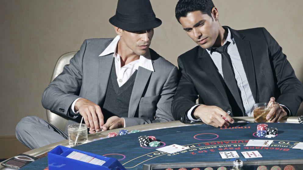 Pokazati ili ne svoje karte u partiji pokera?