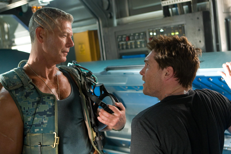 Pukovnik Quatrich i Jake Sully pokraj uređaja za upravljanje avatarima