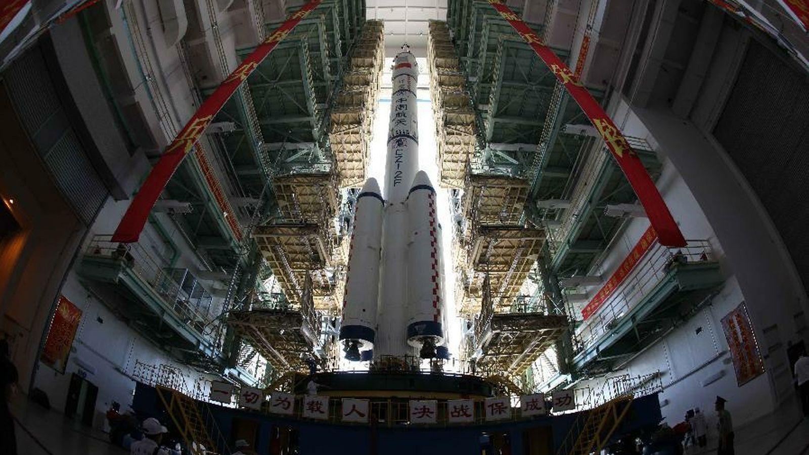 Raketa-nosač misije Šenčou 9 pred lansiranje (Izvor: The Verge)