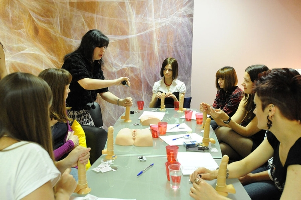 Seks instruktorica Natalya demonstrira različte ručne tehnike