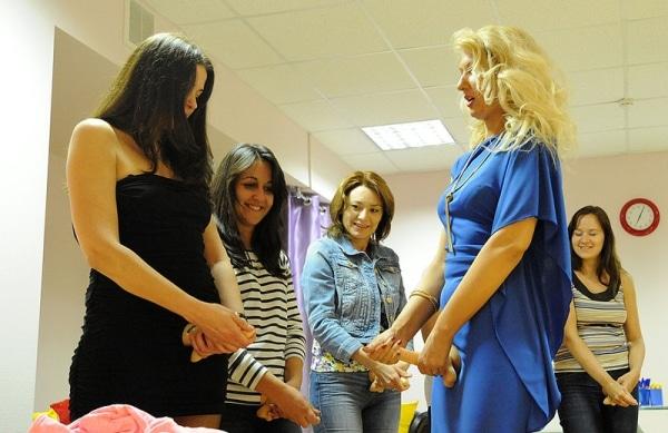 Instruktorica Yekaterina demonstrira kako muškarci masturbiraju
