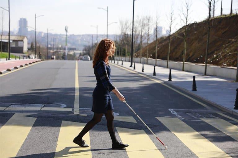 """Slijepi inženjer izumio """"pametni štap"""" koji koristi Google karte kako bi slijepim osobama pomogao u kretanju"""
