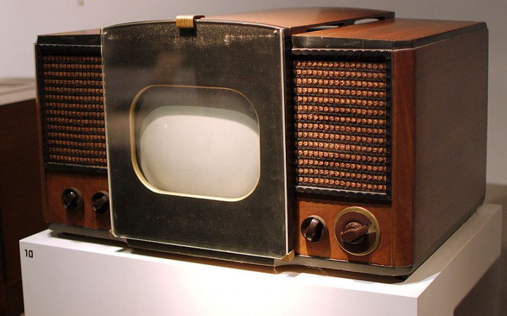 RCA Model 630-TS, prvi je televizor pušten u masovnu proizvodnju. Prodavao se između 1946. i 1947. godine. By Fletcher6 (Own work) [CC-BY-SA-3.0], via Wikimedia Commons