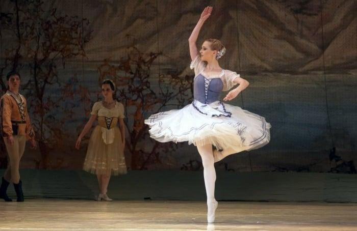 Kad je posrijedi žiri, Hrvatska je, znamo, malena zemlja, pa ne čudi što su iz HTV-ova preuzeli umirovljenog plesača klasičnog baleta Dinka.