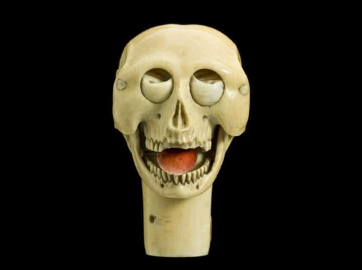 Na ovoj slici prikazana je ljudska lubanja s nekim pokretnim dijelovima. Potječe iz Europe, a datum izrade nije joj poznat. Kada se potisne cilindar na bazi lubanje, miču se oči, zubi i donja čeljust.