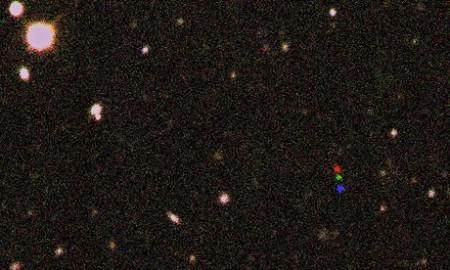 (Tri fotografije patuljastog planeta 2012 VP113 spojene u jednu koja prikazuje njegovo kretanje. Credit: Scott S Sheppard/Carnegie Institution for Science)