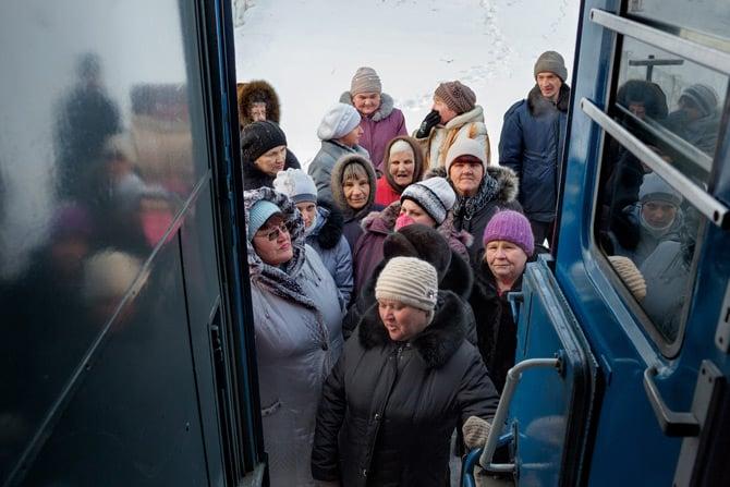 Stanovnici sela Litovko čekaju na temperaturi od -15°C vlak Matvei Mudrov. Država u potpunosti financira troškove vožnje vlaka i plaća njegovo osoblje. (Credit: William Daniels)