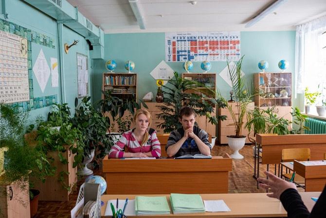 """U Tutaulu Natalia Pushko i Alexander Repkin jedini su maturanti u školi koju pohađa 36 učenika """"Dosadan mi je Alexander. Imamo mir i tišinu ovdje, ali jedva čekam otići na fakultet."""" (Credit: William Daniels)"""