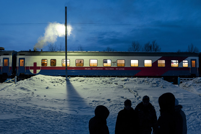 Osoblje vlaka Matvei Mudrov na pauzi od posla jedu roštilj i piju alkohol. (Credit: William Daniels)
