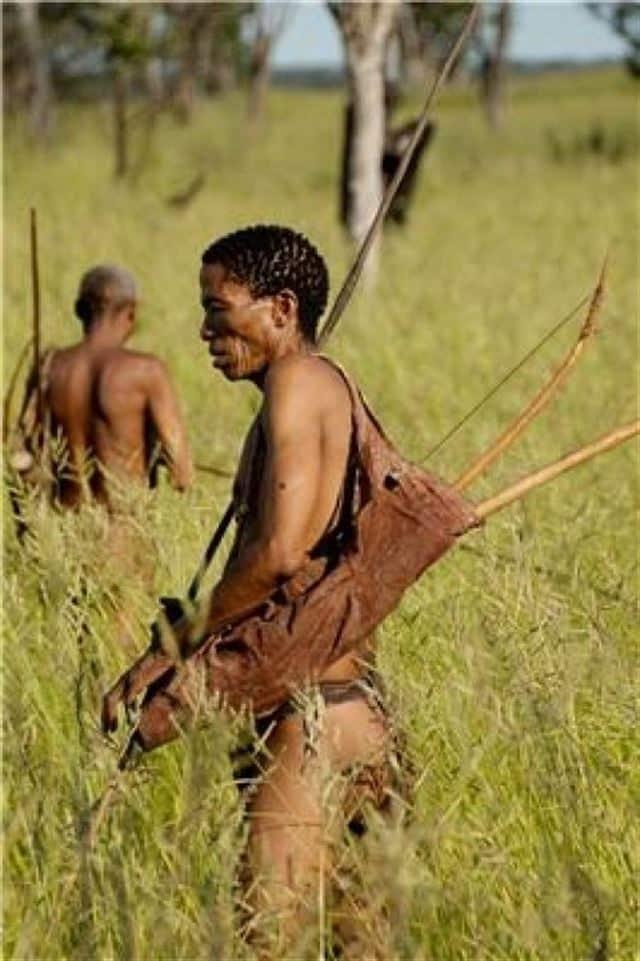 Pripadnik lovačko/sakupljačkog plemena Khoisan s lukom i stijelom. (Photo credits: Nanyang Technological University)