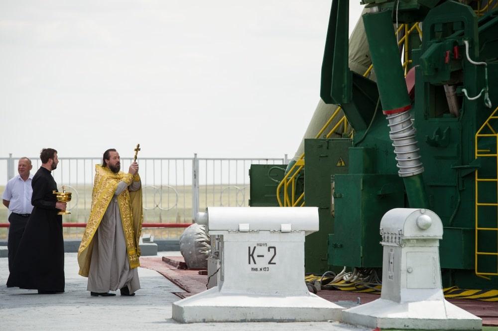 Pravoslavni svećenik daje blagoslov raketi Sojuz (Credit: Wikipedia)