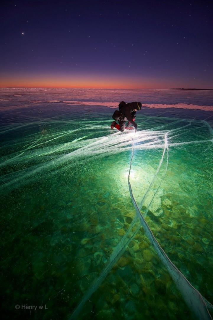 Svjetiljka osvjetljava smrznuto jezero
