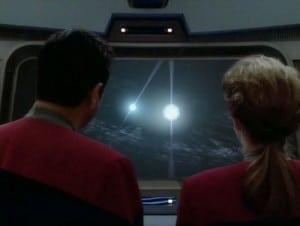 Scena iz Star Trek epizode Scientific Method, neposredno prije negoli će Janeway zapovjediti riskantan let između binarnih pulsara (FOTO: Memory Alpha)