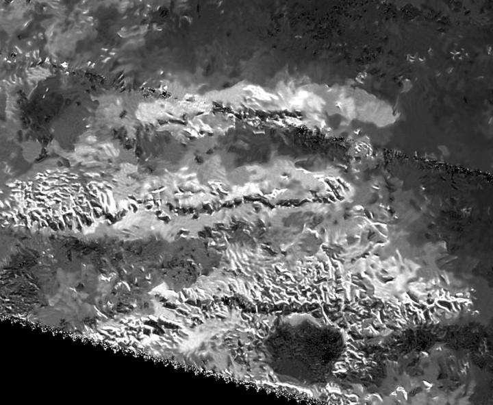 Tri paralelna grebena Titanovog masiva Mithrim Montes (FOTO: NASA/JPL-Caltech/ASI)
