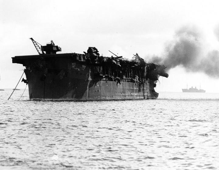 USS Independence nakon nuklearnog pokusa Able, 1. srpnja 1946. godine ( U.S . Naval History Center)