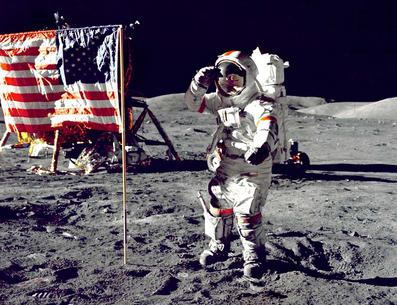 Eugene Cernan pozdravlja zastavu (Credit: NASA)