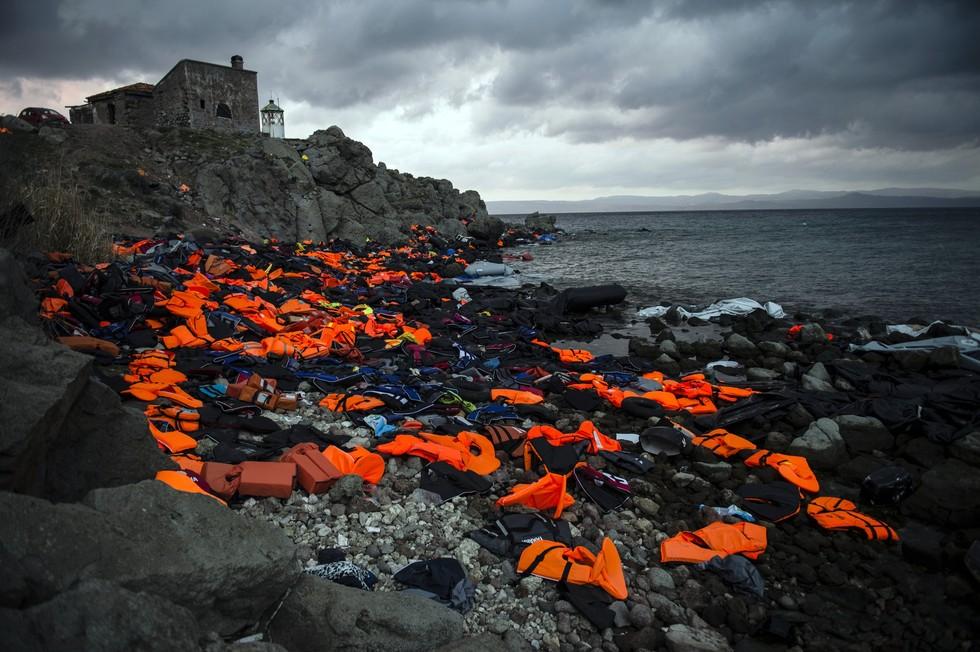 Ova je fotografija - otpaci naplavljeni na plažu grčkog otoka Lezbosa - dobila nagradu Changing Climate Award. Njome se želi povećati svijest o golemom negativnom učinku koje smeće ima po svjetska mora i život u njima. (Credit: Sandra Hoyn)