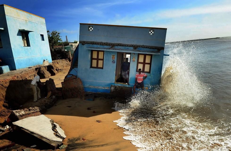 2004. godine Indoneziju, Šri Lanku, Indiju i Tajland pogodio je razoran cunami. Valovi, koji su dosezali visinu od čak 30 metara, odnijeli su gotovo 300.000 života. Uslijedila je međunarodna akcija pomoći žrtvama, gdje su se, osim hrane i lijekova, donirala sredstva za izgradnju novih kuća. Danas, zbog povećanja razine mora, kuće preživjelih ponovno nestaju u valovima. (Credit: S. L. Shanth Kumar)