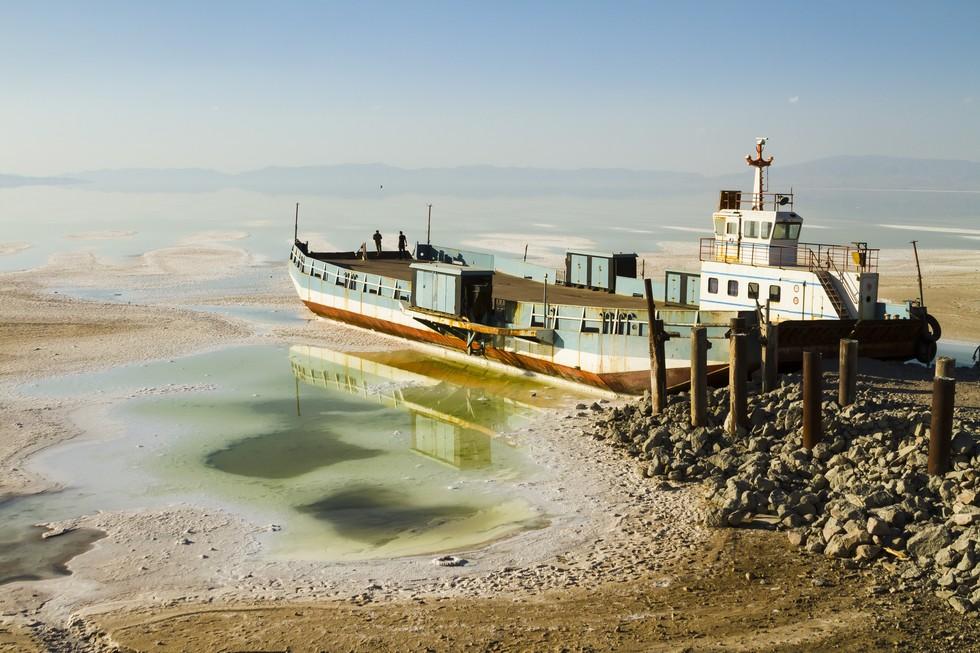 Jezero Urmia simbol je bliske budućnosti Irana; najveće slano jezero Bliskog istoka danas sadrži tek 10% svoje nekadašnjeg obujma, što zbog isušivanja izazvanog globalnim zatopljenjem, što zbog gradnje brana i mostova. (Credit: Pedram Yazdani)