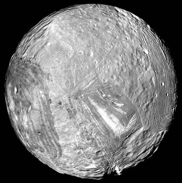 Mjesec Miranda snimljen kamerom Voyagera 2 (Credit: NASA)
