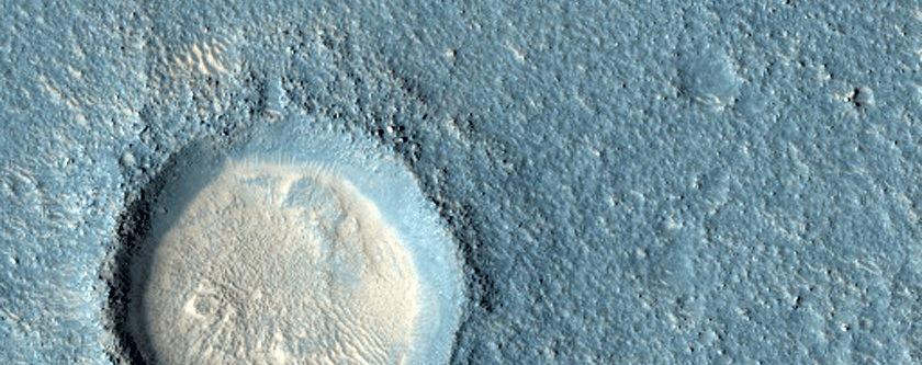 Krater u području Arcadia Planitie, velikog ravnog dijela Marsove površine (FOTO: NASA/JPL/University of Arizona)