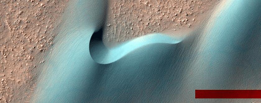 Prelijepa dina u jednom od Marsovih kratera (FOTO: NASA/JPL/University of Arizona)