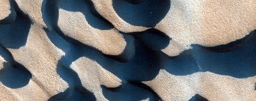 Dina Kholar, smještena na Marsovom sjevernom polu, a nazvana po planetu iz kultnog serijala Dina iz pera Franka Herberta (FOTO: NASA/JPL/University of Arizona)