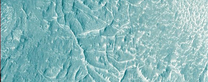 Litice u području Nepenthes Mensae, koje često uspoređuju s riječnim deltama na zemlji, a zbog očitih sličnosti krajolika (FOTO: NASA/JPL/University of Arizona)