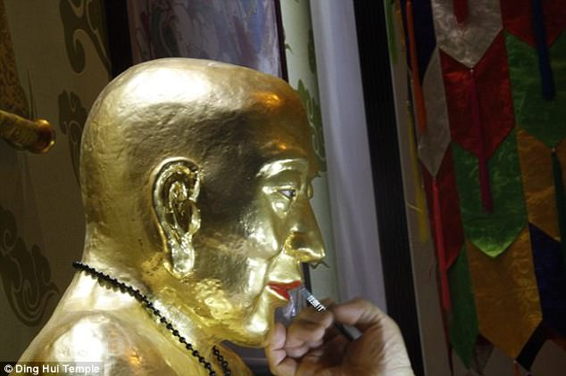 Master Ci Xian's remains were found in a cave in the 1970s. It has been kept at the Dinghui Temple since 2011. The temple decided to add a golden layer to the remains to show its respect