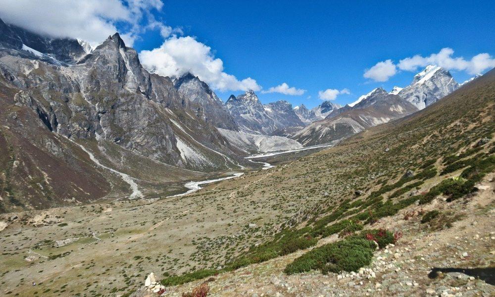 Zbog otapanja leda oko Mt. Everesta raste trava