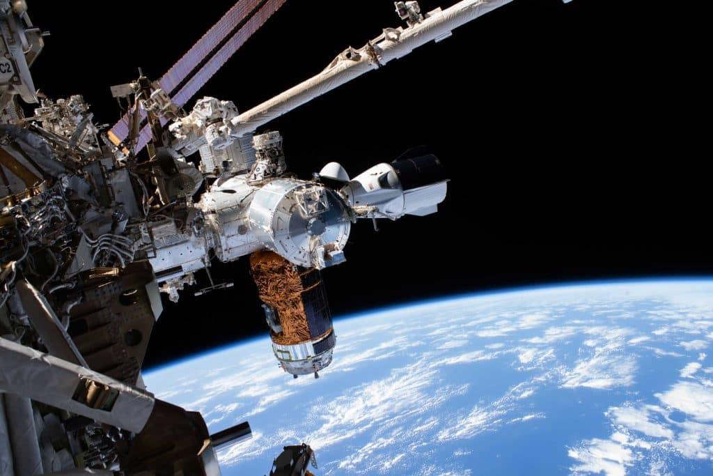 """Fotografija letjelice Crew Dragon snimljena tijekom """"svemirske šetnje"""" astronauta"""